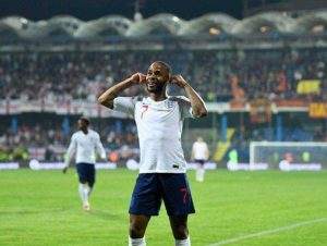 jogador comemorando um gol