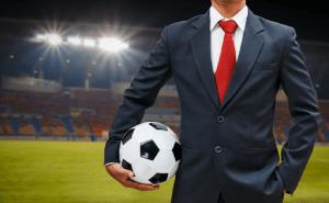 homem segurando bola de futebol