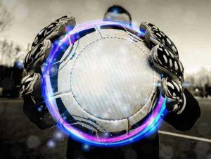 goleiro segurando bola de futebol