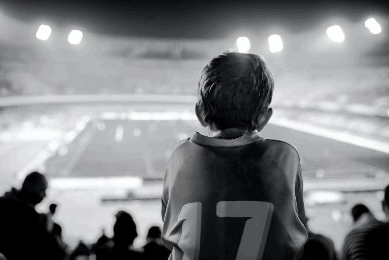 fã de futebol no estádio