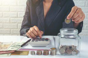 mulher controlando orçamento