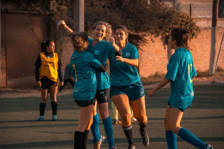mulheres jogando futebol