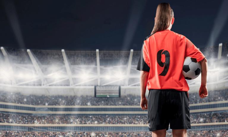 mulher com bola de futebol