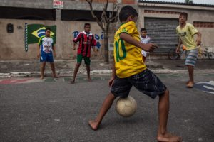 jogo de futebol na rua