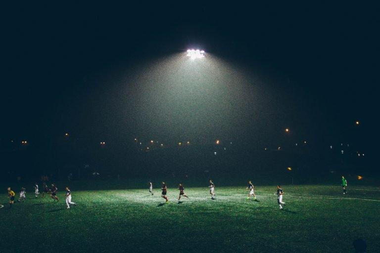 jogo de futebol de noite